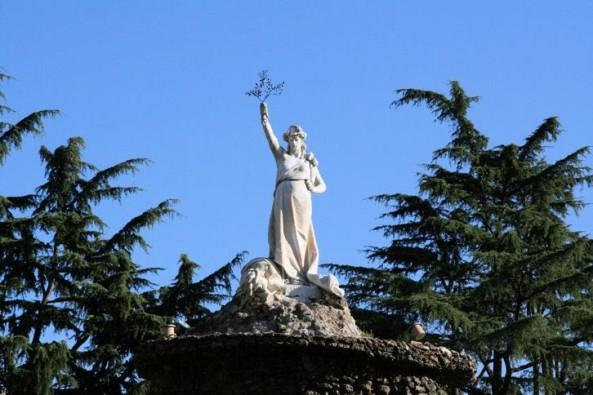 Fontana Biondi (1885 Cisterna di Latina) - statua della Dea Feronia